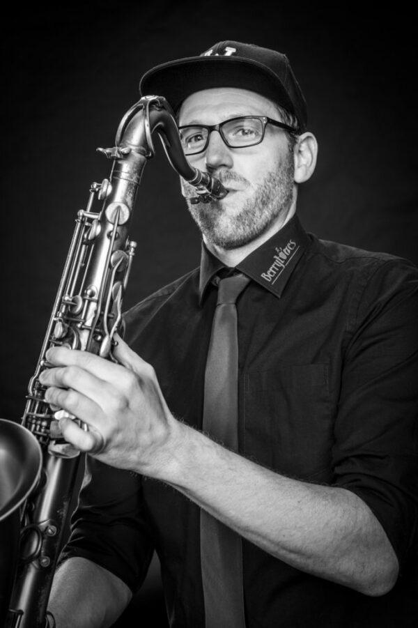 """Matthias Wilkens aus Nordhorn Tenorsaxophon ist seit 2015 dabei und sagt: """"Mir ist es eine Herzensangelegenheit, Jazzmusik ans Publikum zu bringen."""""""